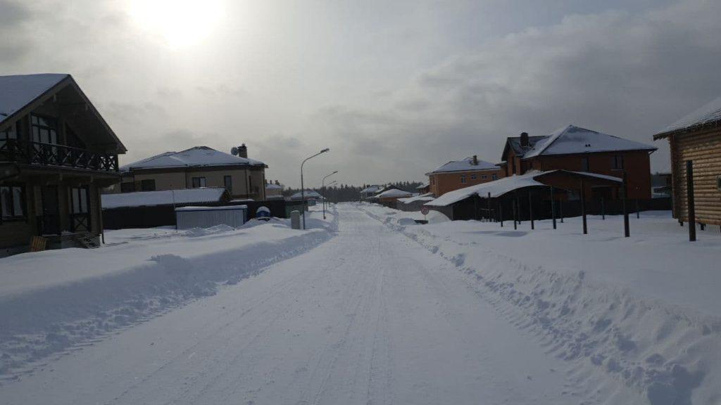Расчищенные дороги зимой в коттеджном поселке